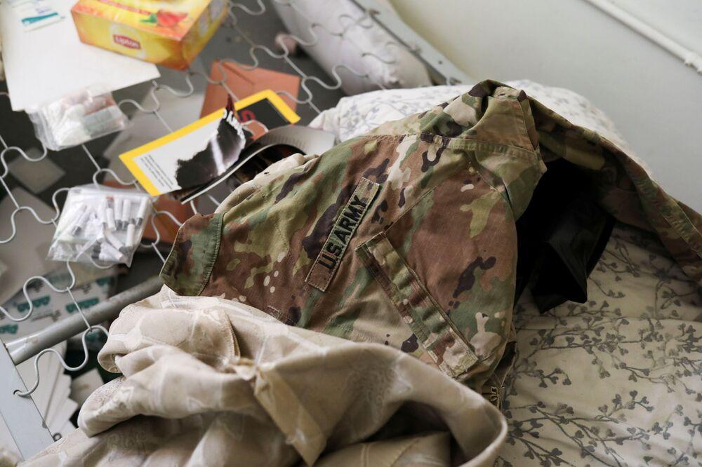 Uniforme do exército dos EUA abandonado entre outras coisas no chão da base aérea de Bagram, na província de Parwan, Afeganistão, 23 de setembro de 2021