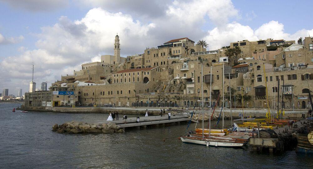 Israelenses posam para fotos de casamento no antigo porto de Jaffa, no sul de Tel Aviv