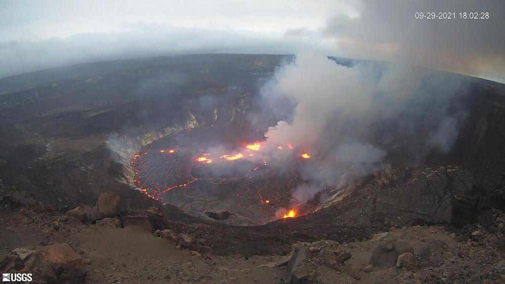Imagem fornecida pelo Serviço Geológico dos EUA mostra erupção que começou na cratera Halemaumau no cume do vulcão Kilauea no Havaí