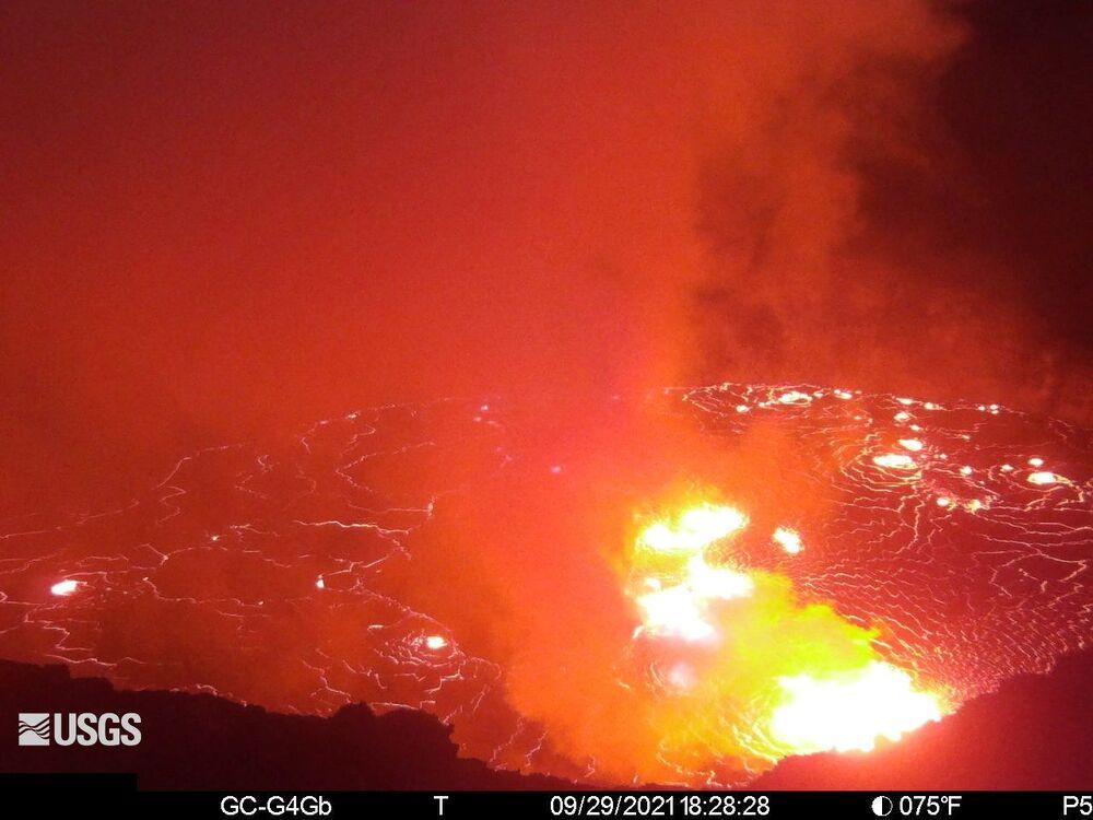 Fontes de lava sendo expelidas da cratera Halemaumau do vulcão havaiano Kilauea