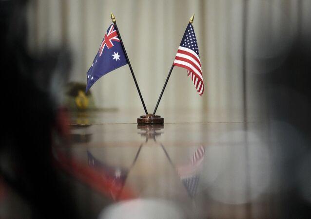 Bandeiras australiana e americana durante o encontro entre premiê da Austrália Scott Morrison e o secretário de Defesa dos EUA Lloyd Austin no Pentágono, 22 de setembro de 2021