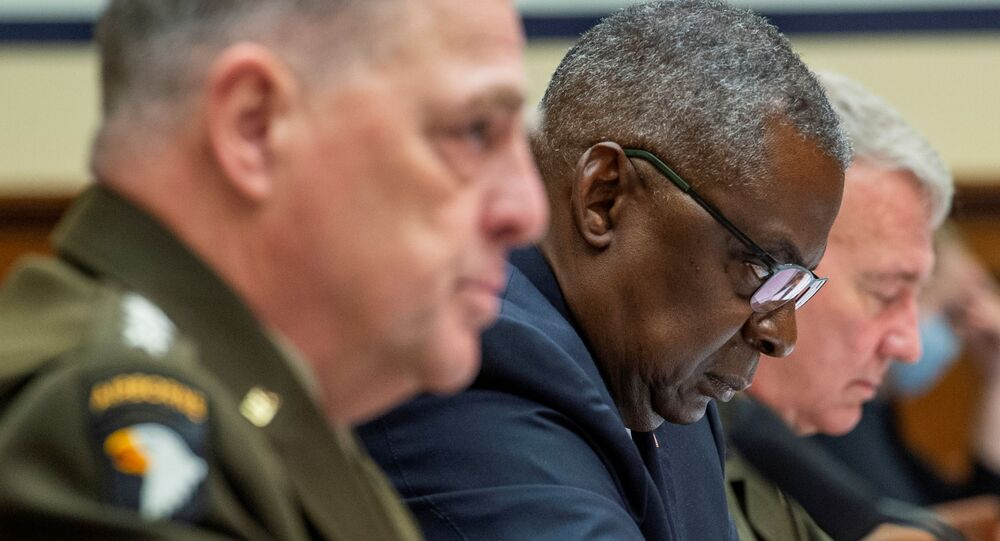 Lloyd Austin, secretário da Defesa dos EUA, Mark Milley, general e presidente do Estado-Maior, e Kenneth F. McKenzie, chefe do Comando Central dos EUA, durante audiência do Comitê de Serviços Armados da Casa dos Representantes no Edifício do Escritório da Casa Rayburn em Washington, EUA, 29 de setembro de 2021