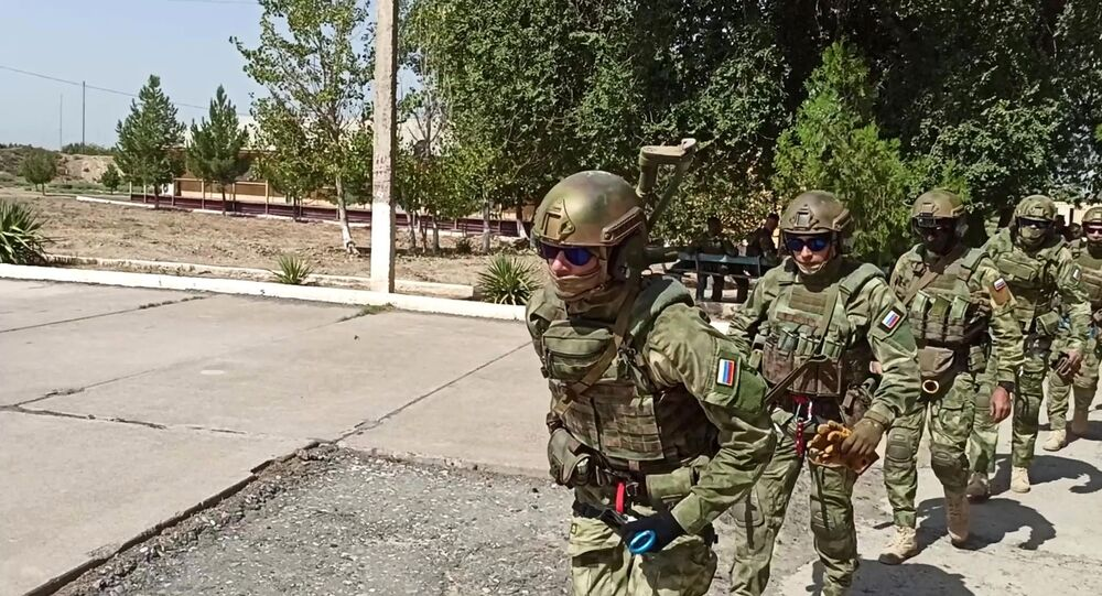 Militares de uma equipe de reconhecimento das forças especiais russas durante um exercício Rússia-Uzbequistão no polígono de Termez, região Surkhandarskaya, Uzbequistão