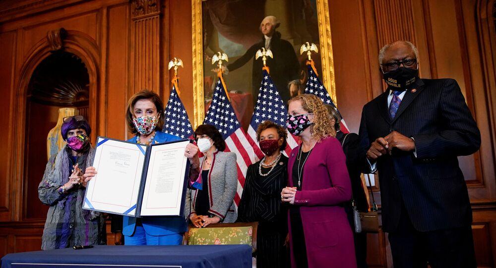 Presidente da Câmara dos Representantes, Nancy Pelosi, com outros democratas, segura resolução que assinou para evitar a parada de funcionamento do governo americano, Washington, 20 de setembro de 2021