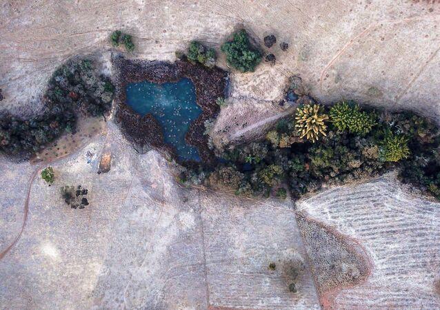 Vista aérea de propriedade rural coberta de geada na cidade de Varginha, 30 de julho de 2021