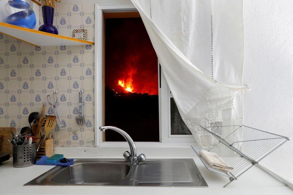 Lava vista pela janela de uma cozinha em La Palma, nas ilhas Canárias, Espanha, 28 de setembro de 2021