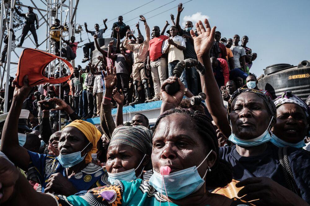 Pessoas participam da inauguração de um hospital em uma favela em Nairóbi, no Quênia, 29 de setembro de 2021