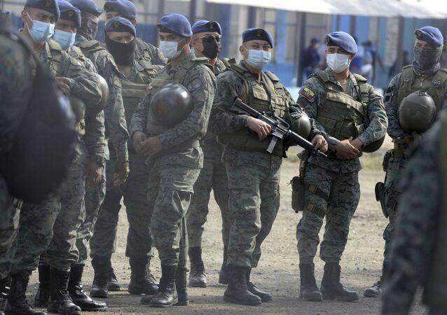 Guardas prisionais atentos aos acontecimentos durante motim na prisão Litoral de Guayaquil, no Equador