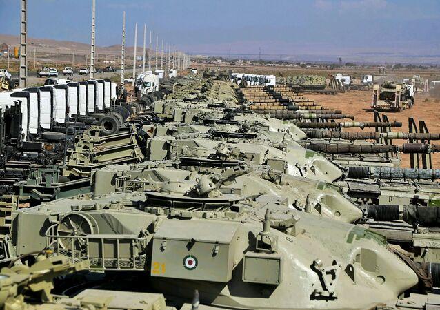 Tanques militares são vistos durante exercício do Exército iraniano no noroeste do Irã, próximo da fronteira com Azerbaijão, em 1º de outubro de 2021