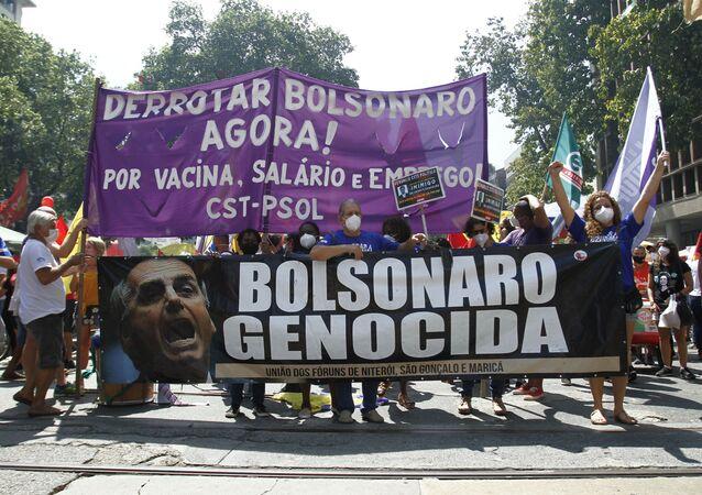 Manifestantes seguram vários cartazes pedindo o impeachment de Bolsonaro, em 2 de outubro de 2021