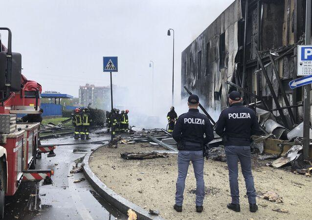 Polícia e corpo de bombeiros de Milão operam em local de queda de avião menor que vitimou oito pessoas, incluindo uma criança, em 3 de outubro de 2021