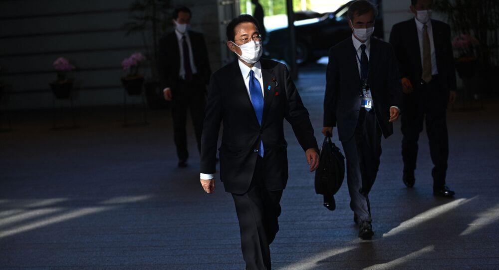 Novo primeiro-ministro do Japão, Fumio Kishida, chega a seu gabinete em Tóquio, 4 de outubro de 2021