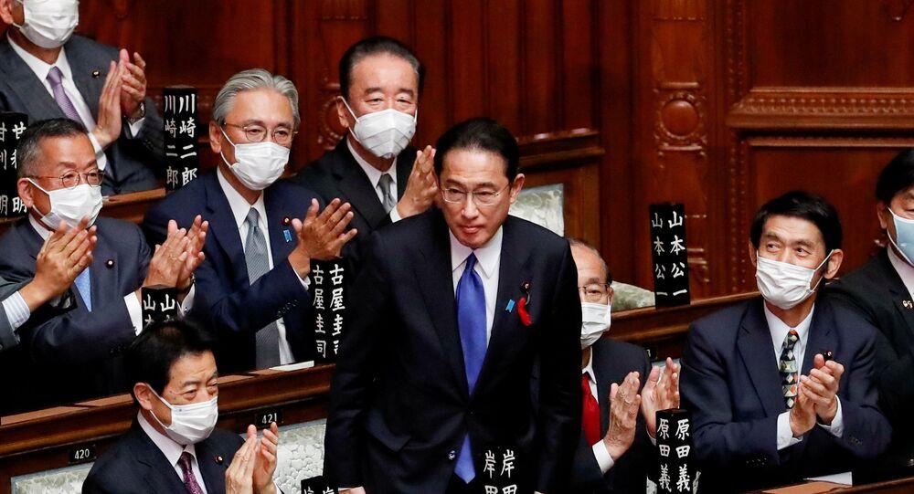 Fumio Kishida, recém-eleito premiê japonês, após votação na câmara baixa do parlamento em Tóquio, 4 de outubro de 2021
