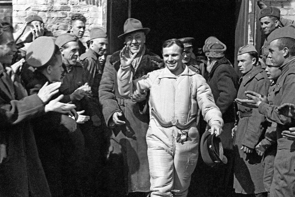 Yuri Gagarin, primeiro cosmonauta no mundo, após aterrissagem da cápsula espacial da espaçonave Vostok-1, 12 de abril de 1961