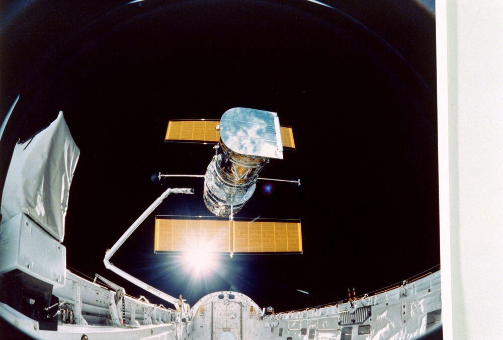 Telescópio Hubble lançado no espaço pela NASA em 24 de abril de 1990 para estudar detalhadamente  diversas estruturas do Universo