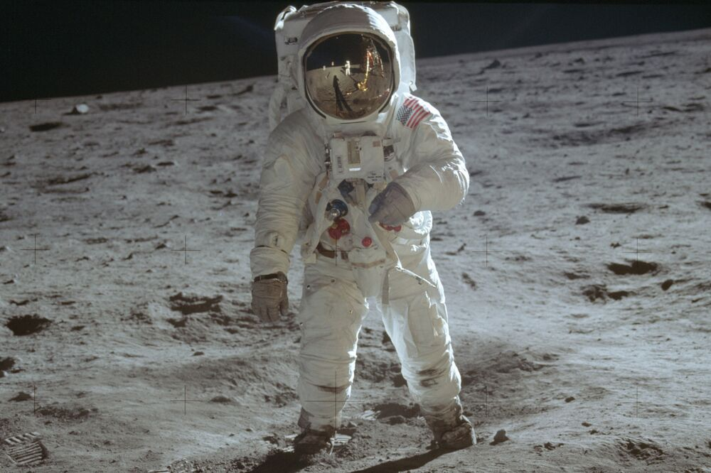 Buzz Aldrin, astronauta da NASA, caminha pela superfície da Lua durante atividade extraveicular da Apollo 11, espaçonave tripulada norte-americana que realizou o primeiro pouso na Lua
