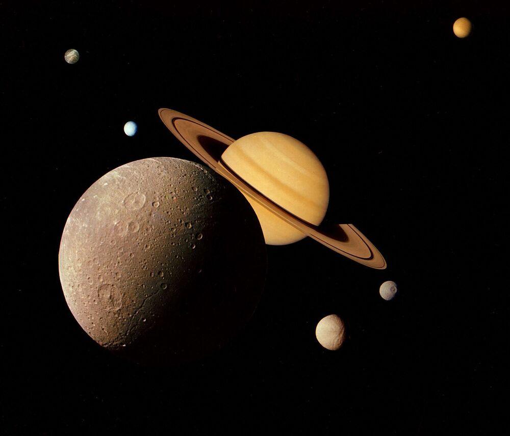 Imagens do sistema de Saturno com suas luas Dione, Tétis, Titã, Mimas, Encélado e Reia feitas pela espaçonave Voyager 1 em novembro de 1980