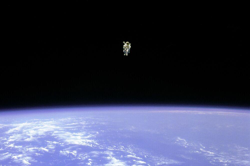Astronauta Bruce McCandless durante seu voo livre no espaço com utilização de mochila a jato de nitrogênio, fora do ônibus espacial Challenger, 12 de fevereiro de 1984