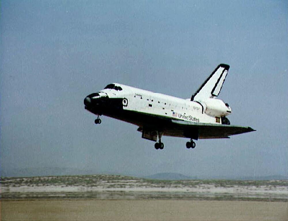 Pouso do primeiro ônibus espacial Columbia após a primeira missão de um ônibus espacial, lançada em 12 de abril de 1981 e retornada à Terra em 14 de abril do mesmo ano