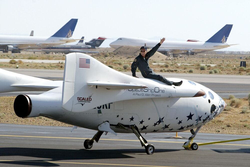 Piloto Mike Melvill no topo do SpaceShipOne após seu voo histórico fora da atmosfera da Terra, que marca o primeiro voo de um foguete privado do mundo, 21 de junho de 2004