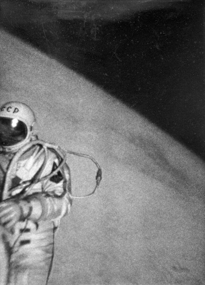 Cosmonauta Aleksei Leonov durante saída ao espaço livre, ele se tornou o primeiro humano a realizar uma caminhada espacial, em 18 de março de 1965