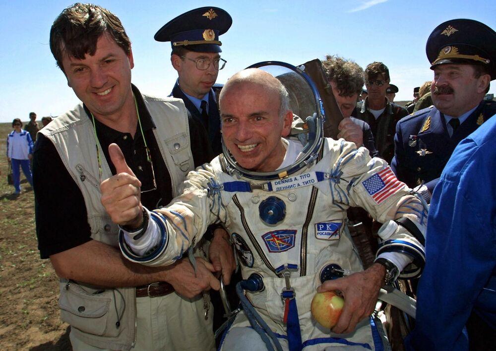 Primeiro turista espacial no mundo Dennis Tito após aterrissagem perto da cidade cazaque de Arkalyk, em 6 de maio de 2001