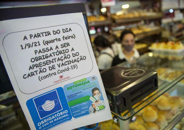 A apresentação do chamado passaporte sanitário, comprovante de vacinação contra a COVID-19, passa a ser obrigatória para a entrada em estabelecimentos comerciais de Guarulhos, na região metropolitana de São Paulo