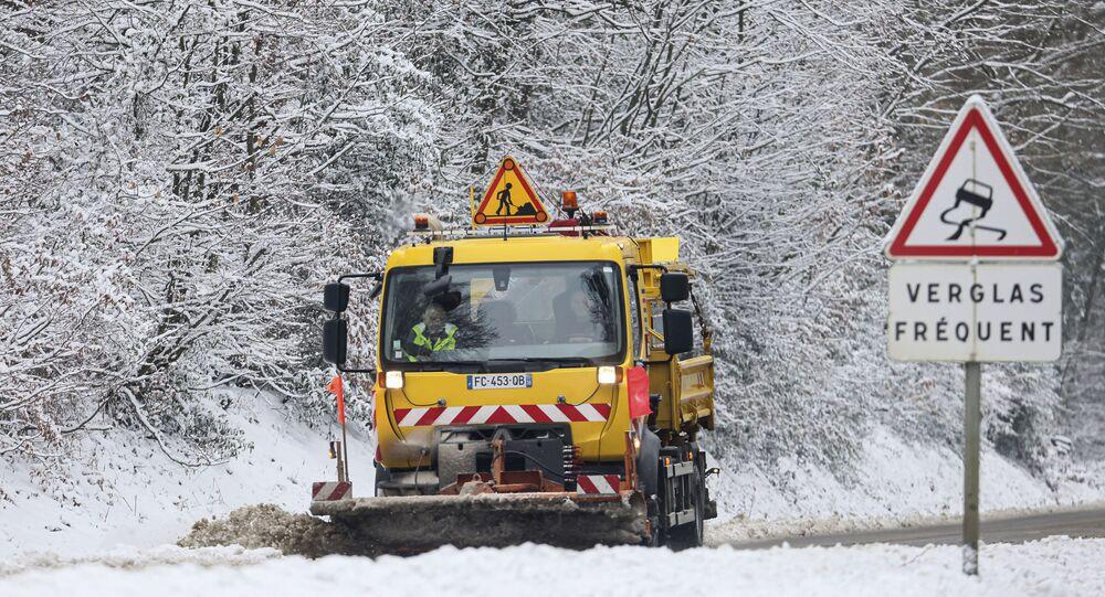 Limpa-neves remove a neve em uma estada na França, 10 de fevereiro de 2021