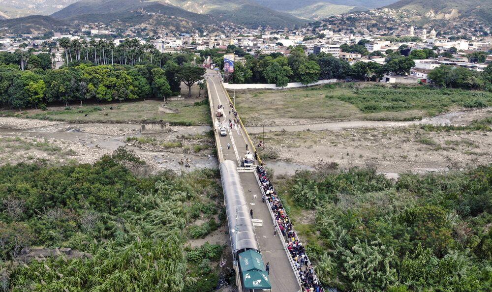 Vista aérea para a Ponte Internacional Simón Bolívar após os contêineres colocados como barricadas em 2019 terem sido removidos, 4 de outubro de 2021