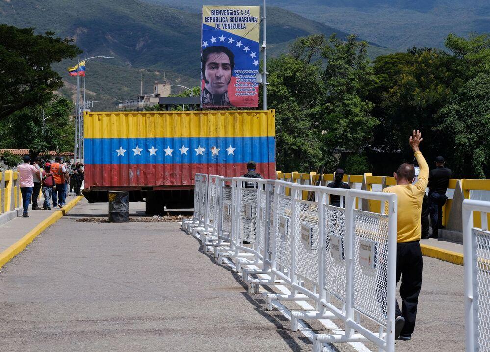Remoção de um contêiner, que bloqueava a passagem na Ponte Internacional Simón Bolívar entre Cúcuta na Colômbia e San Antonio de Táchira na Venezuela, antes da reabertura da travessia, 4 de outubro de 2021