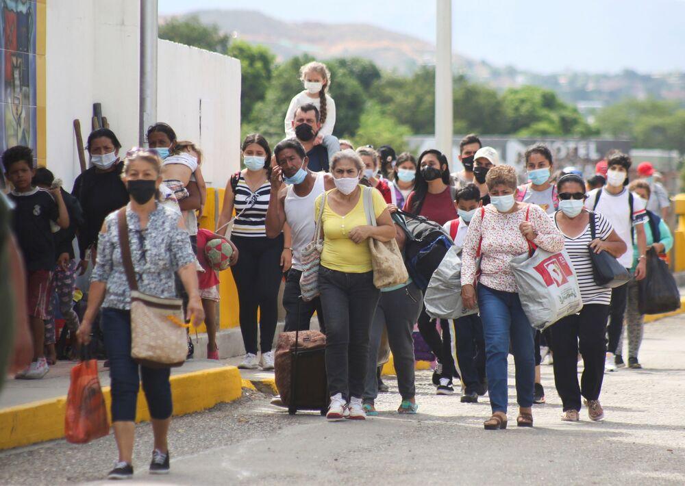 Pessoas autorizadas por razões humanitárias chegam à Ponte Internacional Simón Bolívar após a reabertura da passagem entre Cúcuta na Colômbia e San Antonio de Táchira na Venezuela, 4 de outubro de 2021