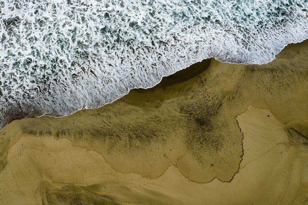 Vista aérea mostra a praia Huntington Beach contaminada pelo petróleo vazado, Califórnia, 4 de outubro de 2021