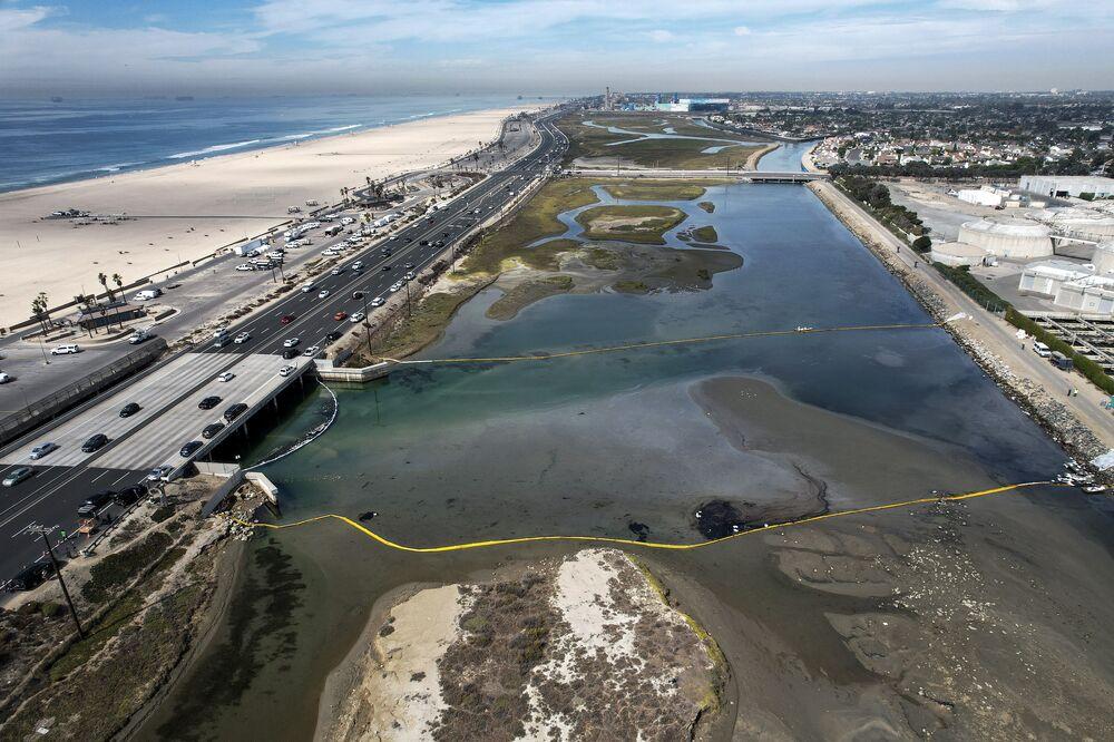 Barreiras flutuantes tentam parar derrame de petróleo, Califórnia, 4 de outubro de 2021