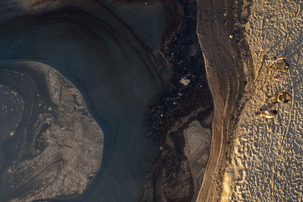 Vista aérea do petróleo na água e na praia, Califórnia, 3 de outubro de 2021