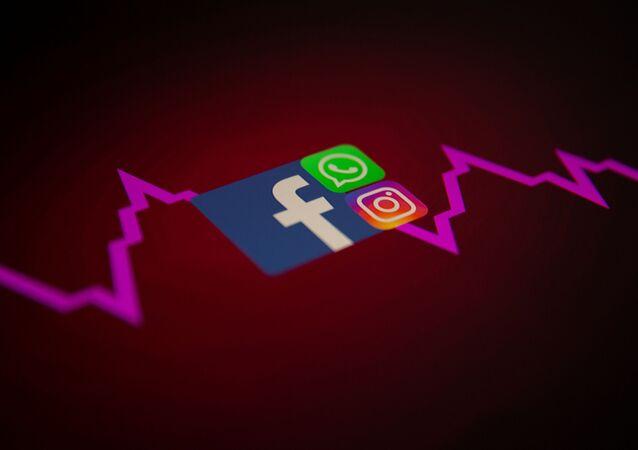 Logos do Facebook, WhatsApp e Instagram com gráfico financeiro, 4 de outubro de 2021