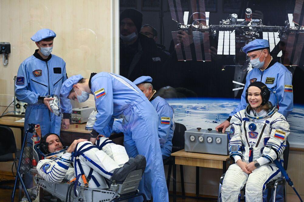 Atriz Yulia Peresild e cineasta Klim Shipenko em trajes espaciais antes do lançamento da espaçonave Soyuz MS-19, 5 de outubro de 2021