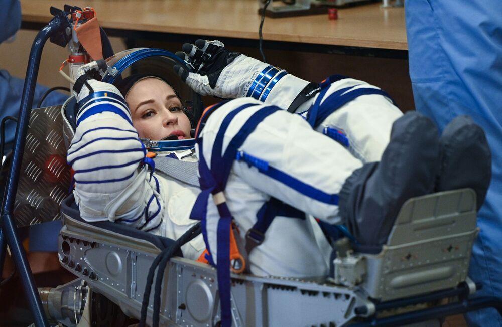 Atriz Yulia Peresild vestindo traje espacial antes do lançamento da espaçonave Soyuz MS-19, 5 de outubro de 2021