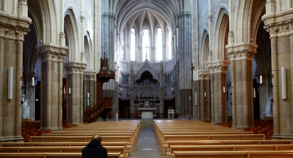 Homem reza na igreja de Saint-Martin perto de Nantes, França, 5 de outubro de 2021
