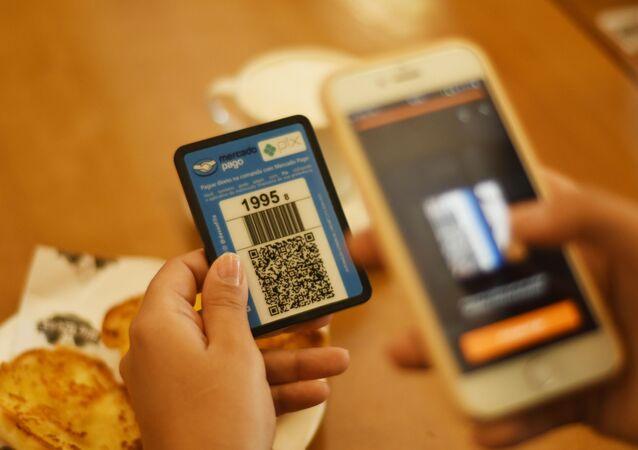 Cliente faz pagamento via pix pelo celular em padaria, em São Paulo. Foto de arquivo