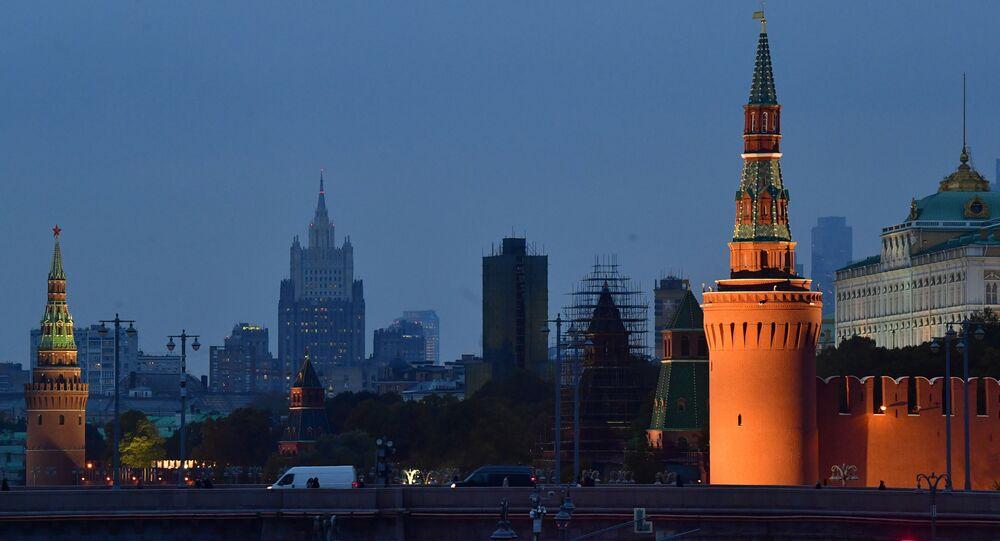 Em primeiro plano, Kremlin e a Ponte Bolshoi Moskvoretsky em Moscou, Rússia. Em segundo plano, prédio do Ministério das Relações Exteriores da Rússia