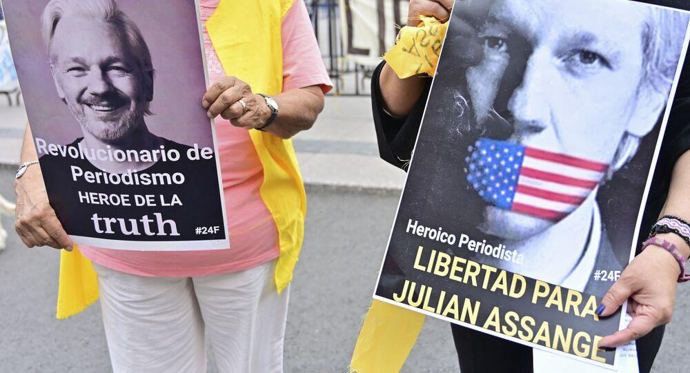Ativistas mexicanos seguram placas durante manifestação para exigir a liberdade de Julian Assange, fundador do WikiLeaks, na Cidade do México, México, 28 de agosto de 2021