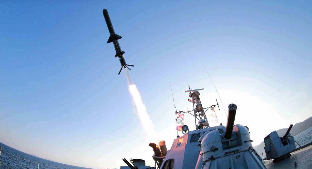 Embarcação da Marinha norte-coreana dispara novo míssil antinavio (imagem referencial)