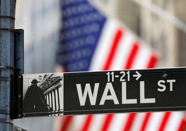 Placa da Wall Street no exterior da Bolsa de Nova York, EUA, 19 de julho de 2021
