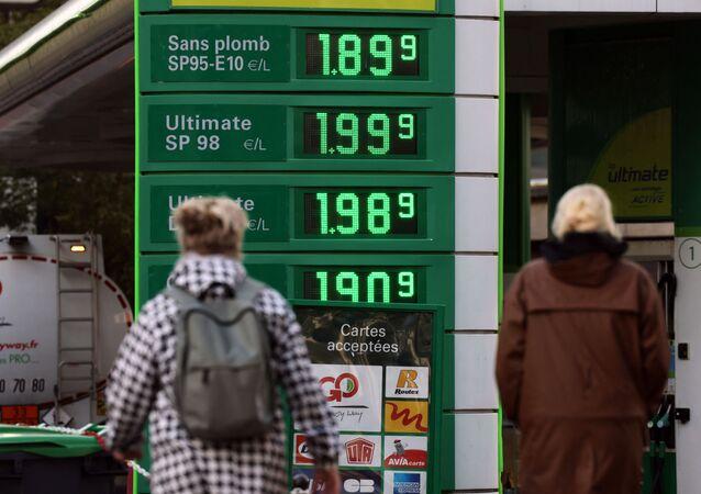 Pedestres passam em 2 de outubro de 2021 por um posto de gasolina em Paris, França, em meio ao aumento do preço de gás natural em toda a Europa