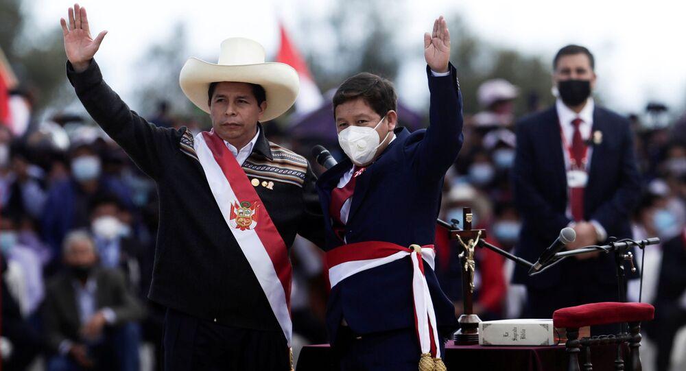 Presidente do Peru, Pedro Castillo (e), e o primeiro-ministro do país, Guido Bellido, durante evento em Ayacucho, Peru. Arquivo de foto