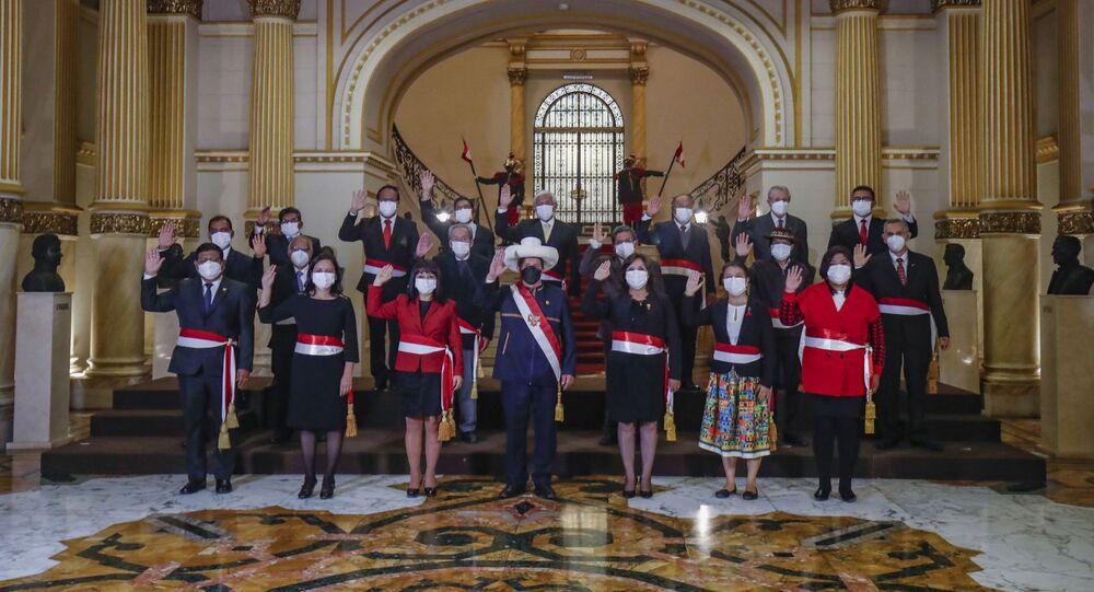 Presidente do Peru, Pedro Castillo, posa com seu novo gabinete de ministros após cerimônia em Lima, 6 de outubro de 2021. Foto divulgada pelo serviço de imprensa da Presidência do Peru