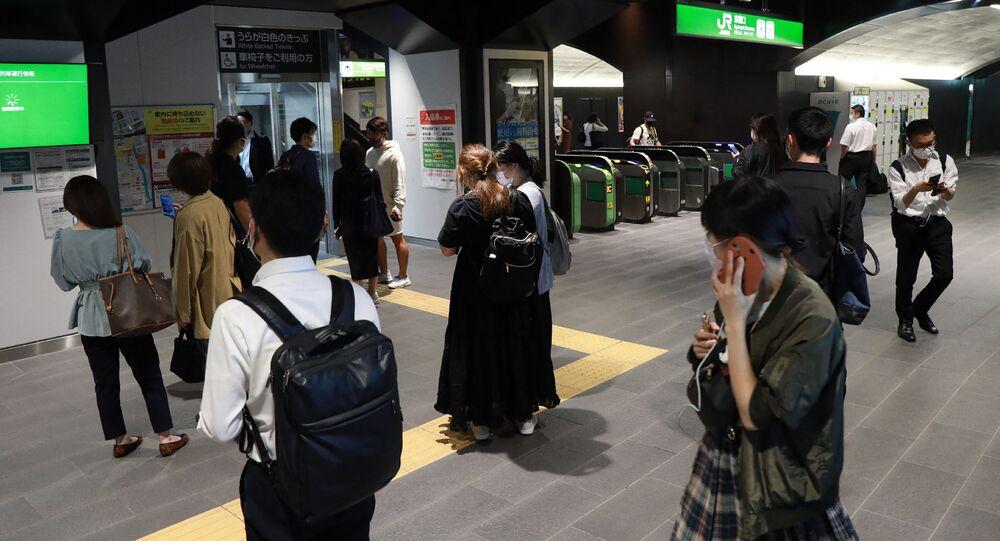 Passageiros esperam em estação enquanto serviços de trem são suspensos em Tóquio em 7 de outubro de 2021, depois que um terremoto de magnitude 6,1