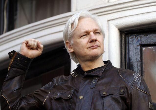 Julian Assange cumprimenta seus apoiadores fora da embaixada do Equador em Londres, Reino Unido, 19 de maio de 2017