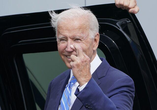 Presidente Joe Biden responde a uma pergunta sobre a dívida federal no Aeroporto Internacional de Chicago, 7 de outubro de 2021