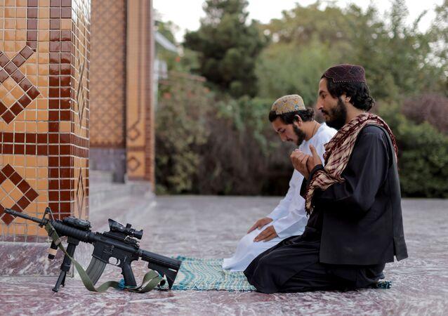 Membro do Talibã durante oração em uma mesquita em Cabul, Afeganistão, 4 de outubro de 2021